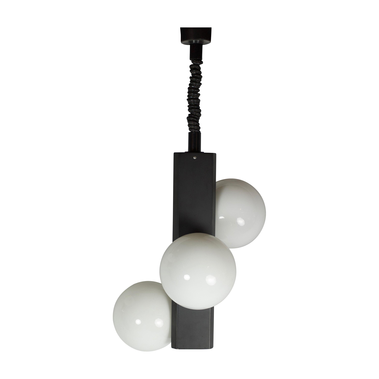 Vintage hanglamp met drie wit glazen bollen aan zwart stalen frame ...