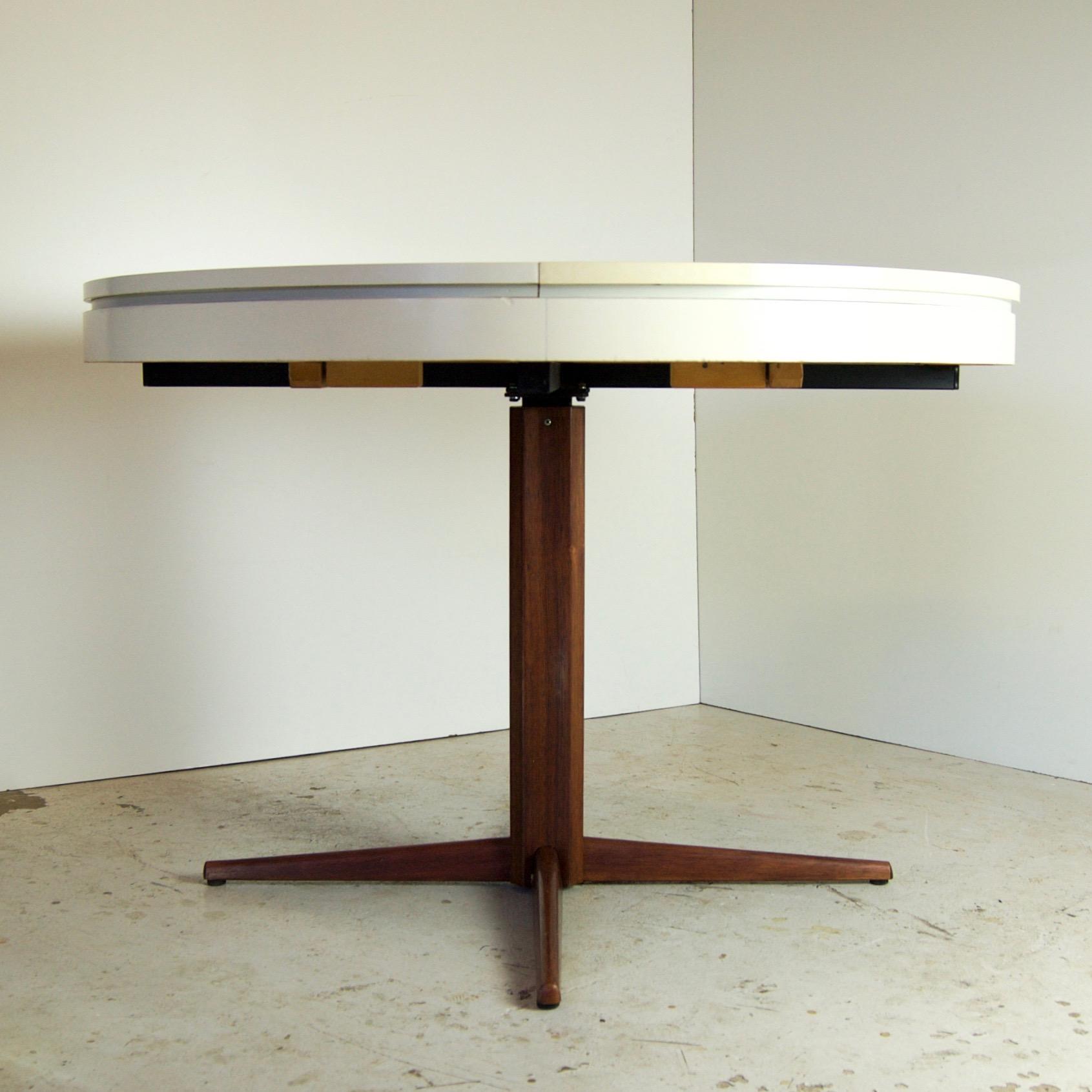 Table vintage sideveiw