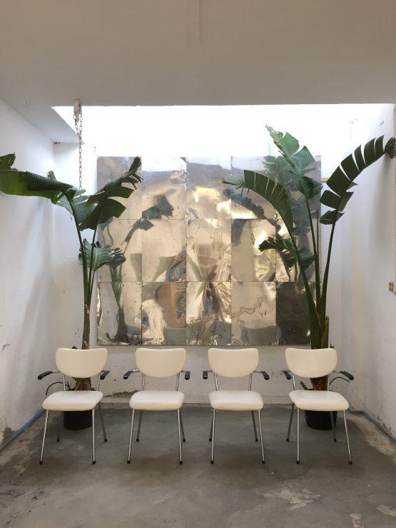Vier Gispen gebroeders de Wit stoelen - wit buisframe alle vier voor