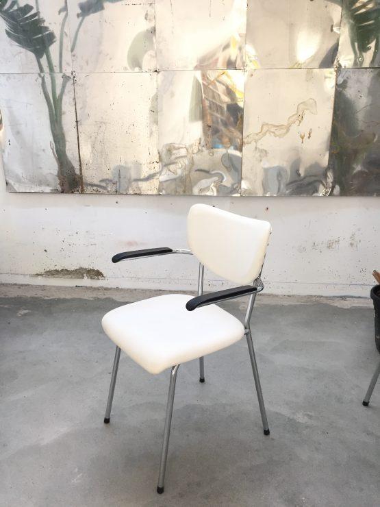 De wit stoel uit de jaren zestig, buisframe wit bekleed
