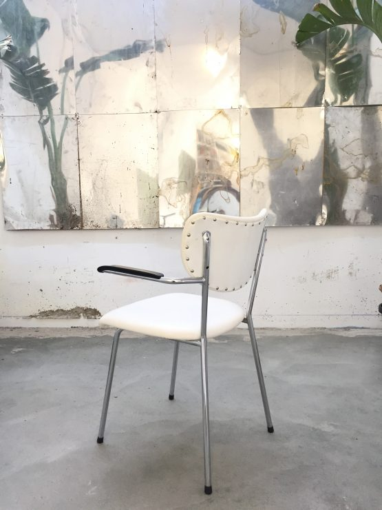 Wit beklede buisframe stoel uit de jaren zestig